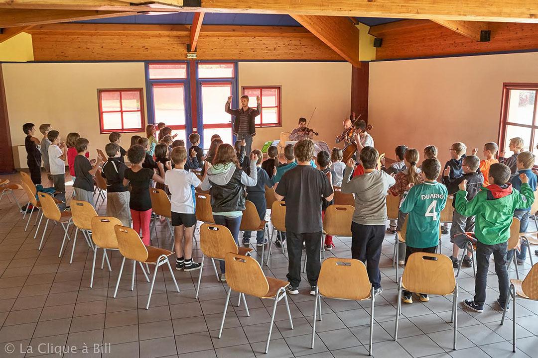 Atelier pédagogique de body-clapping pour jeunes écoliers. Organisé par 4 des musiciens de Jeux d'Ensemble.
