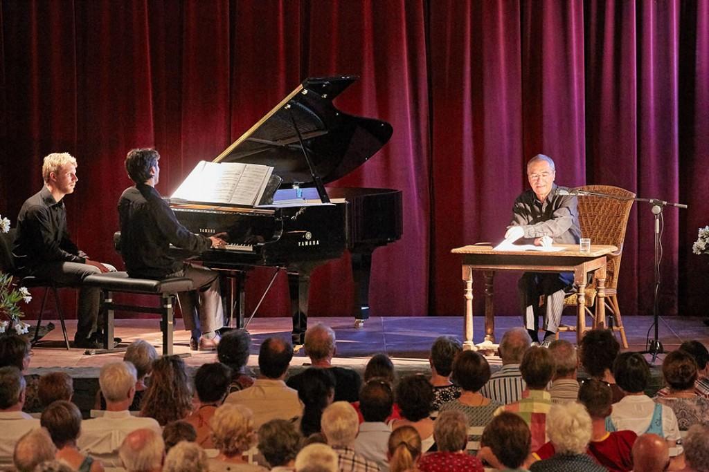Concert du mercredi du festival des Montagnes du Matin. Le Petit Prince d'Antoine Saint-Exupéry conté par Roger Germser et accompagné au piano par Hugues Chabert. Thibaut Maudry tourne la partition.